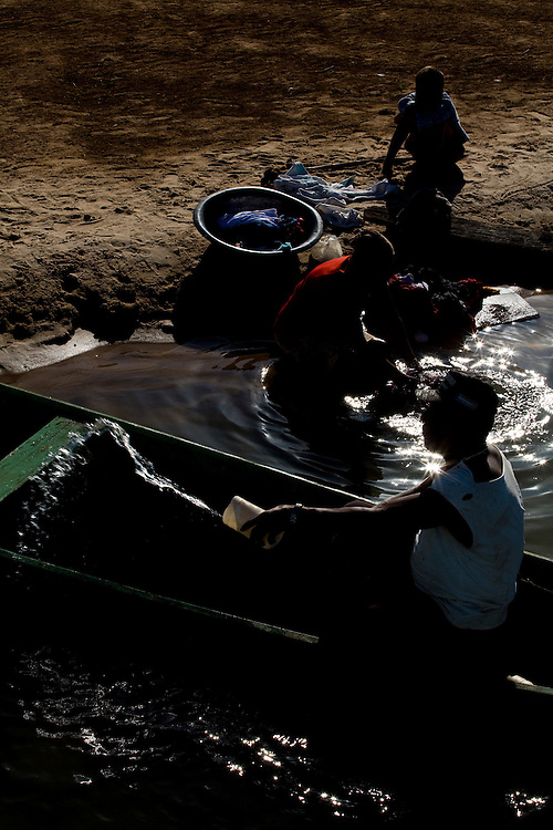 Ibiai_MG, Brasil...Rio Sao Francisco, o rio da integracao nacional. Na foto, pessoas lavando roupa no rio...The Sao Francisco river, It is an important river for Brazil, called the river of national integration. In this photo, people washing clothes in the river...Foto: LEO DRUMOND / NITRO