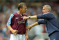 Fotball<br /> England 2005/2006<br /> Foto: Colorsport/Digitalsport<br /> NORWAY ONLY<br /> <br /> Alan Pardew (WHU Manager) makes his point to Teddy Sheringham. West Ham United v Blackburn Rovers.