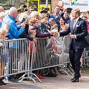 NLD/Hoogeveen/20190918 - Koningspaar brengt bezoek Zuid-west Drenthe, Koning Willem Alexander schudt handen