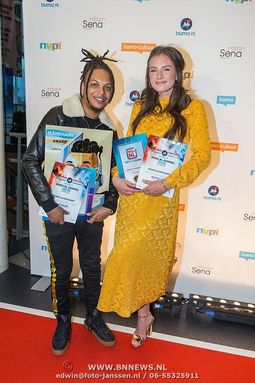 NLD/Utrecht/20181001 - Buma NL Awards 2018, Maan de Steenwinkel en Ronnie Flex nemen de Award Meest Succesvolle Single - Urban in ontvangst