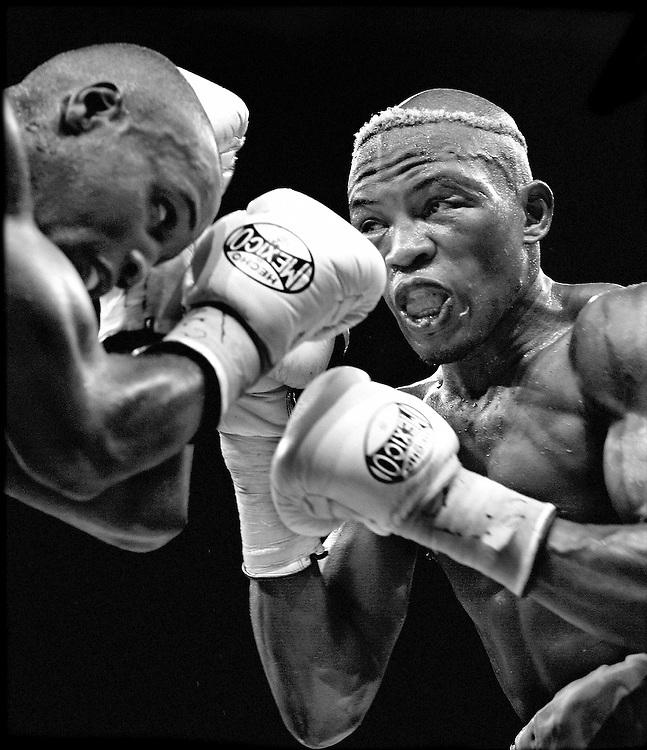 Belgie, Charleroi, 27-09-2003.<br /> Boksen, Wereldtitel IBU, Middengewicht.<br /> De Nederlandse bokser Raymond Joval (rechts) behoudt zijn wereldtitel door van Bea Diallo op punten te winnen.<br /> Foto: Klaas Jan van der Weij.