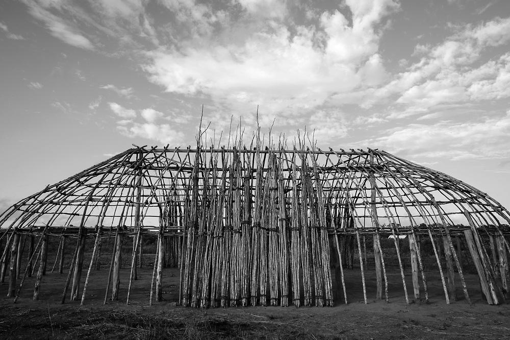 Oca estrutural aguardando cobertura de sapê. Aldeia Ipatse, etnia Kuikuro, Alto Xingu.