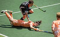 AMSTELVEEN - Lars Balk (Ned) met Timm Herzbruch (Dui)  .  EK hockey, finale Nederland-Duitsland 2-2. mannen.  Nederland wint de shoot outs en is Europees Kampioen.  COPYRIGHT KOEN SUYK