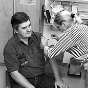NLD/Zeewolde/19920925 - Polio inenting in Zeewolde door artsen