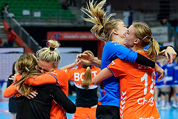 13-12-2019 JAP: Semi Final Netherlands - Russia, Kumamoto<br /> The Netherlands beat Russia in the semifinals 33-22 and qualify for the final on Sunday in Park Dome at 24th IHF Women's Handball World Championship / Tess Wester #33 of Netherlands, Kelly Dulfer #18 of Netherlands, Jessy Kramer #5 of Netherlands