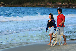 Casal caminha com seu cão na beira da Praia da Pinheira, Palhoça-SC.<br /> FOTO: Jefferson Bernardes/Preview.com