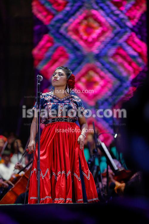 01 de diciembre de 2018, Ciudad de México. María Reyna González, cantante soprano de Tlahuitoltepec, Oaxaca, canta en el Zócalo de la CDMX en el acto de Andrés Manuel López Obrador con representantes indígenas de México.