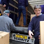 Laden vrachtwagen met hulpgoederen voor de Oekraine Ceintuurbaan 148 Bussum