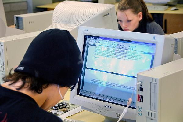 Nederland, Horst, 19-12-2007..VMBO school. Leerlingen zitten in het computerlokaal aan de computer en voeren opdrachten uit of werken aan een werkstuk...Foto: Flip Franssen/Hollandse Hoogte