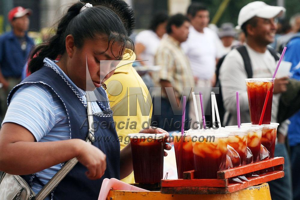 TOLUCA, México.- Familias de colonias de Toluca, se dedican a la elaboración de tepache, quienes  aprovechan las manifestaciones para vender su producto, debido al intenso calor que se ha vivido en últimas fechas en el valle de Toluca. Agencia MVT / José Hernández. (DIGITAL)