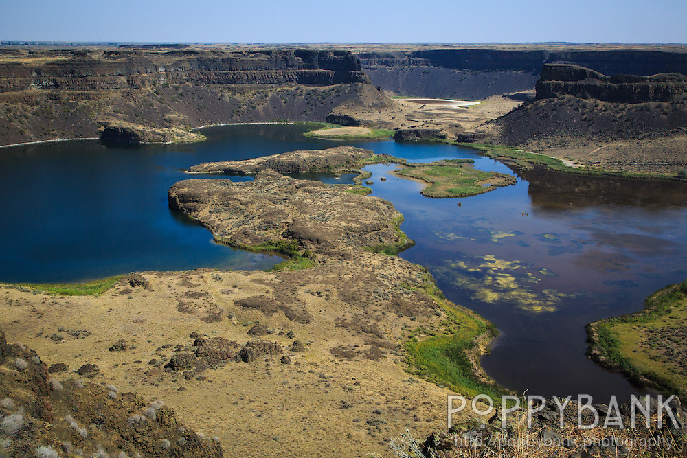 Once the largest waterfall known to have existed on earth, Dry Falls is now a dramatic canyon with sheer cliffs that drop 400 feet.