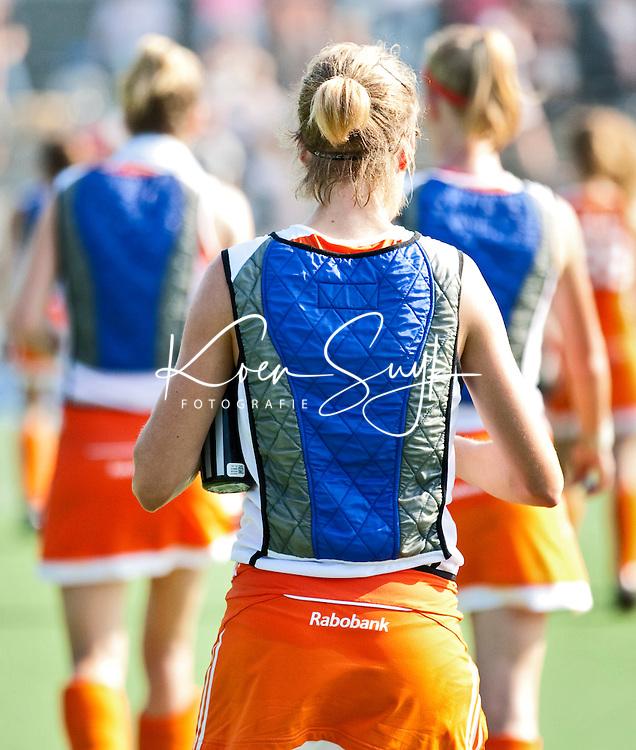 AMSTELVEEN - De speelsters van Oranje verlaten in koelvesten het veld tijdens de rust, dinsdag tijdens Nederland-Nieuw Zeeland bij de Champions Trophy Hockey 2011 voor dames in Amstelveen . ANP KOEN SUYK