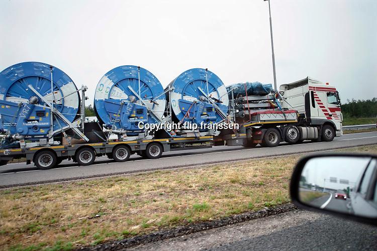 Nederland, Grubbenvorst, 16-6-2020  Drie grote haspels met beregeningsinstallatie staan op een vrachtwagen die op de A73 rijdt . De vraag naar sproeiinstallatie is door de droogte hoog . Steeds meer boeren moeten hun land steeds vaker beregenen door het veranderende weer .Foto: Flip Franssen