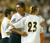 Fotball<br /> Real Madrid i Kina<br /> David Beckham gjør sin debut for Real Madrid<br /> Foto: Digitalsport<br /> <br /> China Dragon XI v Real Madrid at the Workers Stadium, Beijing, China. 02/08/2003.<br />David Beckham with Carlo Quierios on his Real Madrid debut.