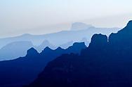 Silhouetten von Gebirgszügen und Steilwänden im Simien Nationalpark, Debark, Region Amhara, Äthiopien<br /> <br /> Silhouettes of mountain ranges and cliffs in Simien National Park, Debark, Amhara Region, Ethiopia
