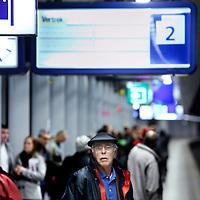 Nederland, Amsterdam ,  20 april 2012..Vertraging van treinen op het perron van Schiphol door problemen in de Schipholtunnel..Foto:Jean-Pierre Jans