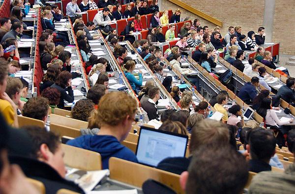 Nederland, Nijmegen, 21-4-2011Studenten volgen college in een collegezaal aan de Radboud universiteit. Sommigen werken met een laptop computer.Foto: Flip Franssen/Hollandse Hoogte