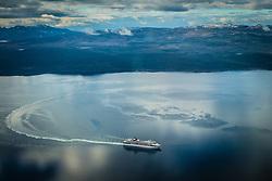 Navio de cruzeiro visto a partir de avião próximo a Ushuaia com Cordilheira dos Andes ao fundo. FOTO: Jefferson Bernardes/ Agência Preview