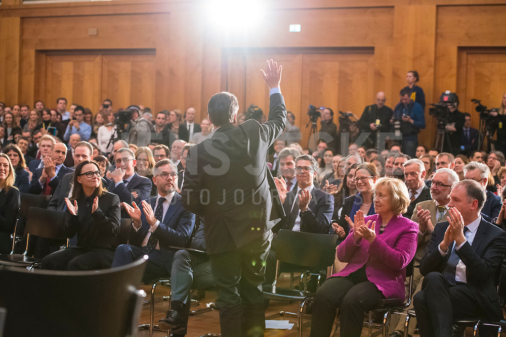 DEU, Deutschland, Germany, Berlin, 14.03.2018: Bundesaussenminister Sigmar Gabriel (SPD) verabschiedet sich bei der Amtsübergabe an seinen Nachfolger Heiko Maas (SPD) im Weltsaaal des Auswärtigen Amts.