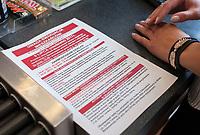 08.07.2017 Bialystok Budowa obwodnicy Bialegostoku - miejsce znalezienia 500 kg niewybuchu z czasow II wojny swiatowej . W niedziele , na czas operacji wywozenia bomby lotniczej , zarzadzono ewakuacje ok. 10 tys osob w prominiu ok 1,5 km od niebezpiecznego znaleziska N/z strazacy z OSP Ogrodniczki informuja pracownikow stacji ORLEN o planowanej na niedziele ewakuacji , ulotka informacyjna fot Michal Kosc / AGENCJA WSCHOD
