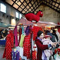 Nederland, Amsterdam , 5 december 2010..Rondsnuffelen bij 1 van de vele stands op de Sunday Market op het Westergasterrein..Sunday Market selecteert deelnemers op creativiteit, spirit, schoonheid, humor, originaliteit, duurzaamheid, innovativiteit, maar ook als men 'gewoon wat leuks' te bieden heeft. ?De bedoeling is dat deelnemers alleen eigen ontwerp en/of makelij aanbieden, maar ook bijzondere collecties of verzamelingen kunnen meedoen..Oude bekenden en nieuwe deelnemers verkopenhun unieke producten.Je vindt er voor elk wat wils.Design,fashion, retro, crafty stuff,kinderkleding,schilderijen, handgemaakte zeep...?Alle producten worden aangeboden door de ontwerpers of makers zelf..Foto:Jean-Pierre Jans