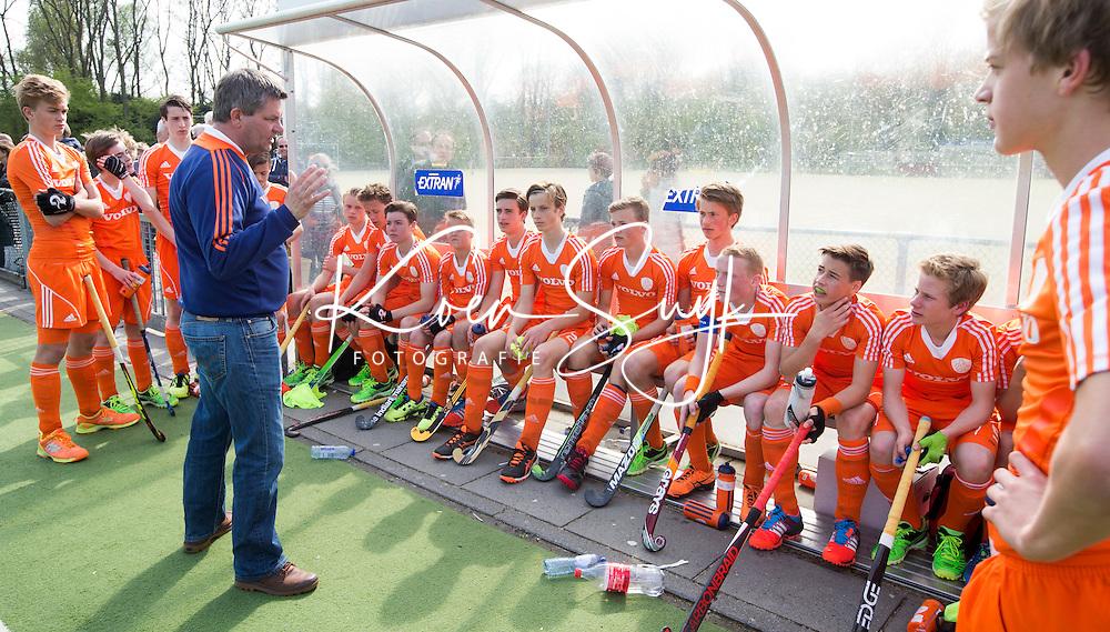 AMSTELVEEN - Coach Eric van de Pol voor de groep. Oefenwedstrijd tussen het Nederlands Team Jongens B tegen Bloemendaal A1. COPYRIGHT KOEN SUYK