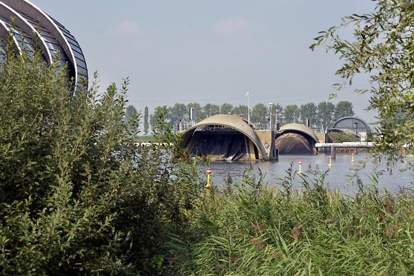 Nederland, the netherlands, 4-9-2018De opblaasbare stormvloedkering van Ramspol bol bij Kampen moet bij storm de ijssel en haar achterland beschermen tegen overstroming . Een keer per jaar wordt hij opgeblazen, gesloten, om te kijken of alles nog goed functioneerd . Inspectie,inspecteren .Foto: Flip Franssen