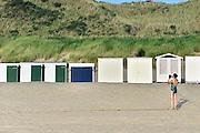 Nederland, Dishoek, 13-9-2014 Vakantiehuisjes, strandhuisjes staan tegen het duin, de duinen, op het strand van Walcheren in Zeeland. Een vrouw in badpak maakt een foto met een Ipad. FOTO: FLIP FRANSSEN/ HOLLANDSE HOOGTE