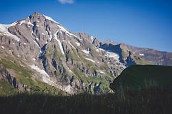THEMENBILD - eine Gebirgskette der Hohe Tauern. Die Grossglockner Hochalpenstrasse verbindet die beiden Bundeslaender Salzburg und Kaernten mit einer Laenge von 48 Kilometer und ist als Erlebnisstrasse vorrangig von touristischer Bedeutung, aufgenommen am 09. August 2018 in Fusch an der Glocknerstrasse, Österreich //a mountain chain of the Hohe Tauern. The Grossglockner High Alpine Road connects the two provinces of Salzburg and Carinthia with a length of 48 km and is as an adventure road priority of tourist interest, Fusch an der Glocknerstrasse, Austria on 2018/08/09. EXPA Pictures © 2018, PhotoCredit: EXPA/ Stefanie Oberhauser