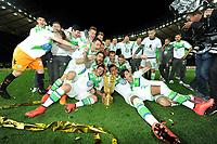 Fotball<br /> Tyskland<br /> 30.05.2015<br /> Foto: Witters/Digitalsport<br /> NORWAY ONLY<br /> <br /> v.l. Christian Traesch, Vieirinha, Ricardo Rodriguez, Bas Dost, Aaron Hunt,, Luiz Gustavo, Timm Klose (Wolfsburg) mit Pokal, Wolfsburg DFB-Pokalsieger 2015<br /> Fussball, DFB-Pokal, Finale 2015, Borussia Dortmund - VfL Wolfsburg 1:3