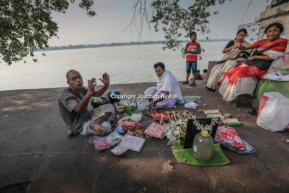 20171028 Kolkata Calcutta Indien<br /> Kumartuli folkliv<br /> Nere vid Hooghly floden eller Ganges<br /> ----<br /> FOTO : JOACHIM NYWALL KOD 0708840825_1<br /> COPYRIGHT JOACHIM NYWALL<br /> <br /> ***BETALBILD***<br /> Redovisas till <br /> NYWALL MEDIA AB<br /> Strandgatan 30<br /> 461 31 Trollhättan<br /> Prislista enl BLF , om inget annat avtalas.