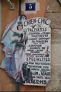 Chien Chic dog grooming parlour sign in Narbonne, France.