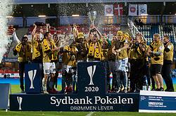 SønderjyskE-spillerne løfter pokalen efter finalen i Sydbank Pokalen mellem AaB og SønderjyskE den 1. juli 2020 i Blue Water Arena, Esbjerg (Foto Claus Birch).