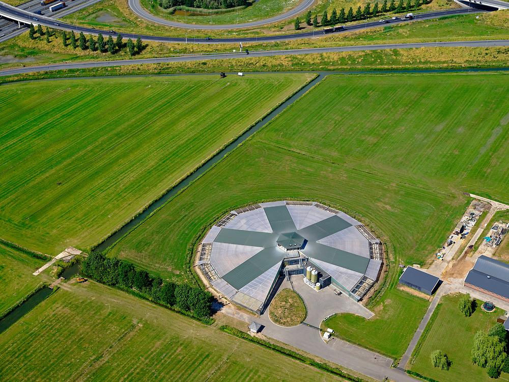 Nederland, Gelderland, gemeente Beuningen; 14–05-2020; Ewijk, Keizershoeve. Rondeel-stal Ewijkvan pluimveehouderij Kipster.<br /> Ewijk, Keizershoeve. Rondeel barn Ewijk of Kipster poultry farm.<br /> <br /> luchtfoto (toeslag op standaard tarieven);<br /> aerial photo (additional fee required)<br /> copyright © 2020 foto/photo Siebe Swart