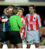 Fotball - FA Cup - 4.- runde<br /> 25.01.2003<br /> Farnborough v Arsenal<br /> Christian Lee - Farnborough - får rødt kort av dommer Mr. Wiley<br /> Foto: Andrew Cowie, Digitalsport