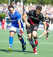 UTRECHT -  Valentin Verga (A'dam) met Pepijn Luijkx (Kampong)  tijdens   de finale van de play-offs om de landtitel tussen de heren van Kampong en Amsterdam (3-1). Kampong kampong kampioen van Nederland. COPYRIGHT  KOEN SUYK