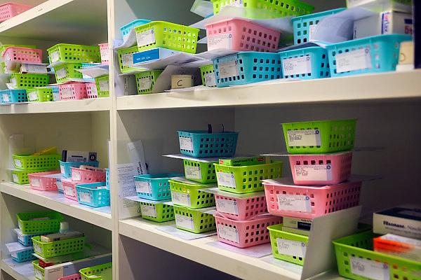 Nederland, Nijmegen, 25-11-2010Geneesmiddelen, medicijnen in een apotheek. Bakjes met medicijnen die besteld zijn en klaar staan om afgehaald te worden.Foto: Flip Franssen