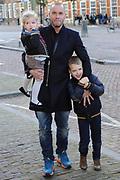 """Première familievoorstelling 'Mr Finney' in Theater Diligentia te Den Haag. De nieuwsgierige Mr Finney is gebaseerd op de bekende boekjes van Laurentien van Oranje en Sieb Posthuma. In de boeken stelt Mr Finney veel vragen over de wereld om zich heen en beleeft hij veel avonturen op zoek naar antwoorden.<br /> <br /> Premiere family show """"Mr. Finney 'Diligentia Theater in The Hague. The curious Mr. Finney is based on the famous books of Laurentien van Oranje and Sieb Posthuma. The book suggests Mr. Finney many questions about the world around him and he experiences many adventures looking for answers.<br /> <br /> Op de foto / On the photo:  Jeroen van Koningsbrugge met zoon Salomon en dochter Valerie"""