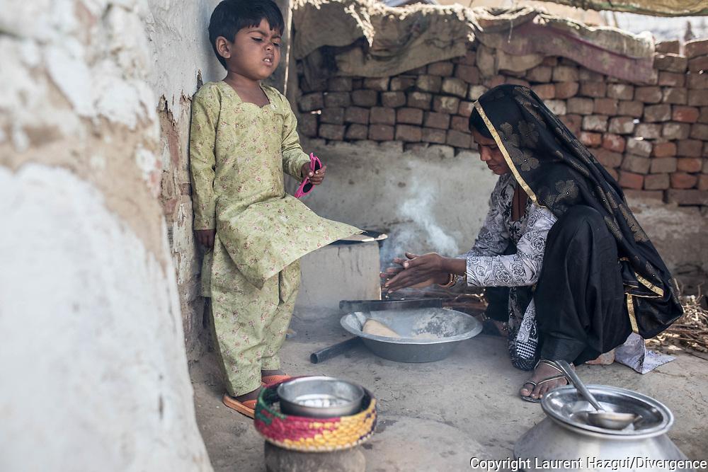 Trafic d'épouse 11032019. Haryana. Biwhat district. Village. Dans le village voisin de Kherli, Marjina, une grande femme au visage franc, occupe une petite maison d'une seule pièce qui pourrait être coquette si elle ne trahissait son dénuement. Les murs de brique, bleu pâle, ne sont protégés du ciel que par une mince plaque de tôle. On cuisine à l'extérieur, à même le sol. Il y a 25 ans, un oncle a conduit Marjina ici, depuis l'Assam, à l'insu de sa mère, peu après la mort de son père. Le voyage a pris trois jours, à l'issue desquels l'oncle lui a dit : « Tu vas vivre ici ». « Il a promis de revenir me voir quelques jours plus tard, mais il ne l'a jamais fait. Il a touché 8 000 roupies (100 euros) pour me vendre à un homme. » Marjina s'est retrouvée la femme d'un chauffeur routier, aujourd'hui décédé. Ce matin-là, assises en tailleur, une douzaine de femmes s'y serrent les unes contre les autres, dont plusieurs tiennent des bébés contre elles.