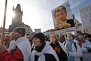 Prag/Tschechische Republik, Tschechien, CZE, 24.02.06: Demonstration gegen die Sparpolitik des neuen Gesundheitsministers DAVID RATH auf dem Altstädter Ring in Prag. Rund 8000 Beschäftigte im Gesundheitswesen forderten in Prag den sofortigen Rücktritt des Ressortchefs. | Prague/Czech Republic, CZE, 24.02.06: Demonstration against the austerity policy of health minister DAVID RATH at Old Town Square in Prague. Around 8000 people were joining the rally. |[(c) Bjoern Steinz, Vojanova 1408/28, 229 22 Lysa nad Labem, Tschechische Republik, phone +420 325551336, mobil +420 777 218 029, bsteinz@bsteinz.de, Bank: F r a n k f u r t e r  V o l k s b a n k     BLZ 50190000 Konto 0301951710 IBAN DE06501900000301951710 BIC FFVBDEFF, www.bsteinz.de. Bei Verwendung des Fotos ausserhalb journalistischer Zwecke bitte Ruecksprache mit dem Fotograf halten. Jegliche Verwendung nur gegen Beleg und Honorar nach MFM oder gesonderter Absprache, Publication only with royalty payment, credit line and print sample, Achtung: NO MODEL RELEASE]..[#0,26,121#]