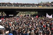 impressionant hommage du peuple Tunisien à Chokri Belaid, bravant le gaz lacrimogène, plus de 40.000 personnes lui rendent un hommage ce 8 fevrier 2013 et manifestent au même moment contre la violence politique en Tunisie et contre Ennarda