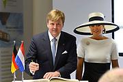 Koning en koningin bezoeken Nedersaksen. In het duitse Werlte krijgt het konuingspaar een rondleiding door het AUDI 3N Kompetenzzentrum<br /> <br /> King and Queen visit Niedersachsen. In the German Werlte the royal couple get a tour of the AUDI 3N Kompetenzzentrum<br /> <br /> Op de foto / On the photo: <br />  Ondertekening door Koning Willem Alexander en Koningin Maxima<br /> <br /> Signing by King Willem Alexander and Maxima Queen