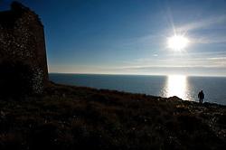 Porto Selvaggio - Nardò 02 gennaio 2013..Torre Uluzzo, o Crustano, è una torre costiera del Salento situata nel comune di Nardò e ricadente nel Parco di Porto Selvaggio e Palude del Capitano. Di dimensioni minori rispetto alle altre torri circostanti, venne eretta nella seconda metà del XVI secolo con funzioni difensive, per volere di Alfonzo de Salazar, dal mastro neretino Leonardo Spalletta..Costruita sulla sommità di uno sperone roccioso e già ultimata nel 1575, la torre presenta una forma tronco piramidale ma è parzialmente crollata. La copertura non è più presente e restano in piedi solo alcune pareti, costruite con conci irregolari; in particolare il lato nord e il lato rivolto verso il mare sono i meglio conservati. Rimangono visibili i resti di qualche piombatoia e delle mensole di appoggio per il coronamento.?Da alcuni documenti si apprende che la torre fu frequentata sino al 1695 e che nel XVIII secolo risultava già gravemente compromessa..Comunicava a nord con Torre dell'Inserraglio e a sud con Torre dell'Alto..(Fonte testo: wikipedia.it)