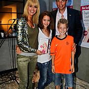 """NLD/Amsterdam/20100614 - Boekpresentatie Daphne Deckers """" Laat Maar Waaien"""", Daphne Deckers, partner Richard Krajicek met kinderen Emma en Alec"""
