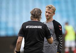 Oliver Christensen (Danmark) i snak med målmandstræner Jan Rindum før U21 EM2021 Kvalifikationskampen mellem Danmark og Ukraine den 4. september 2020 på Aalborg Stadion (Foto: Claus Birch).