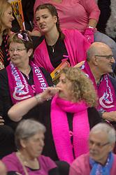 20-02-2016 NED: Coolen Alterno - Eurosped TVT, Almere<br /> Eurosped wint met 3-2 van Alterno en speelt morgen de finale / Flamingos support publiek rose