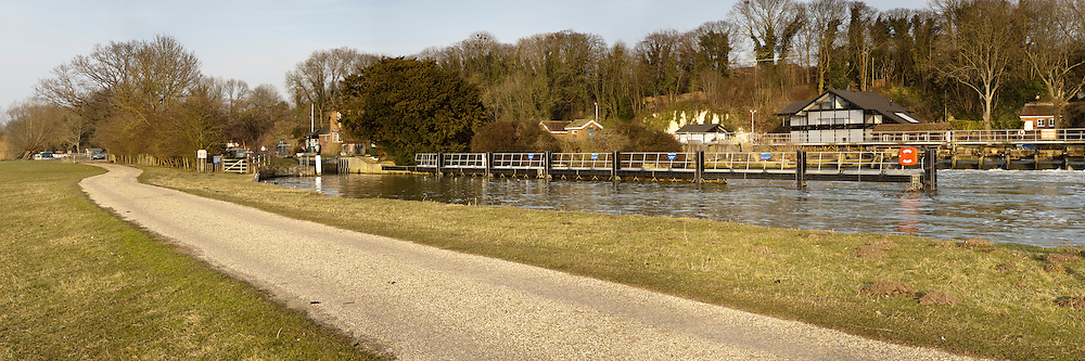 The River Thames at Cleeve Lock and weir near Goring, Oxfordshire, Uk