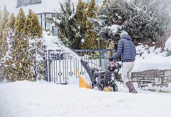 THEMENBILD - ein Mann räumt einen Gehweg mit einer Schneefräse. Große Mengen an Neuschnee fielen in der Nacht auf Sonntag in ganz Salzburg, aufgenommen am 06. Jänner 2019, Kaprun, Österreich // a man clears a walkway with a snowblower. Large amounts of fresh snow fell during the night on Sunday in the whole of Salzburg on 2019/01/06, Kaprun, Austria. EXPA Pictures © 2019, PhotoCredit: EXPA/Stefanie Oberhauser
