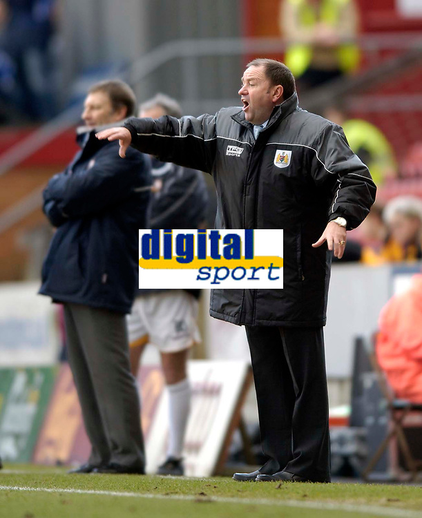 Photo: Jed Wee.<br />Bradford City v Bristol City. Coca Cola League 1. 18/02/2006.<br />Bristol manager Gary Johnson gets a point across to his players.
