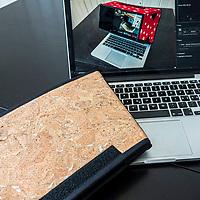 Eigenproduktion von Laptop Shades in Handarbeit ganz nach Wunsch. Mit Appenzeller Sujet, Schwingerstoff oder einfach ganz individuell. Schwarz oder in Jeans Deko. Ganz in Schwarz 98.-- und in exquisitem Stoff-Outfit 138.--